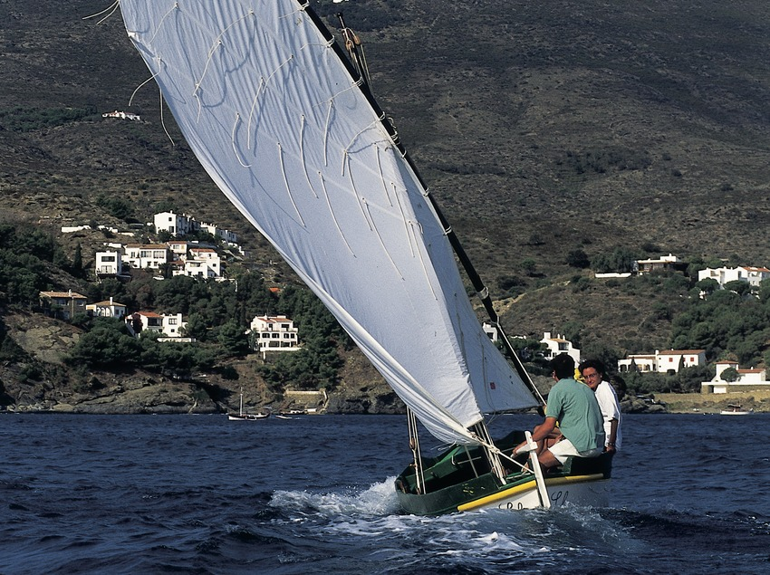 Embarcació de vela llatina al cap de Creus, Parc Natural del Cap de Creus