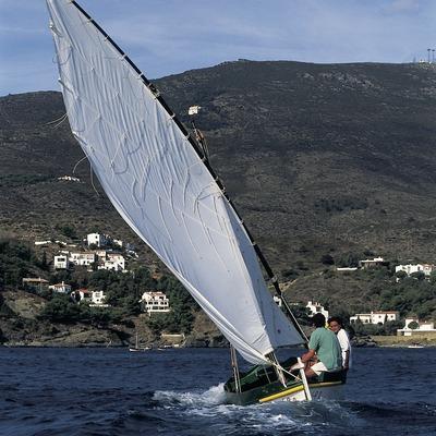 Schiff mit Lateinersegel vor dem Cap de Creus