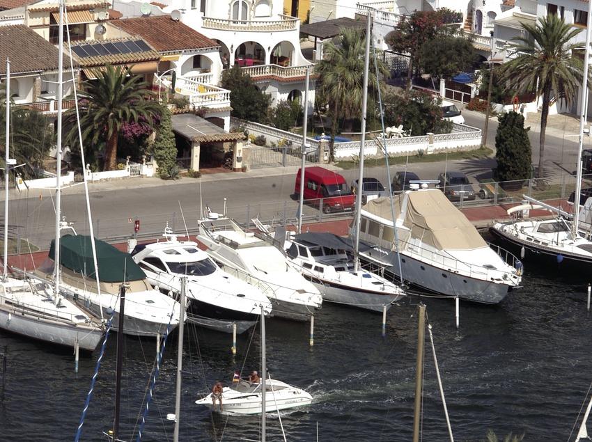 Embarcaciones amarradas en el puerto deportivo Marina d'Empuriabrava