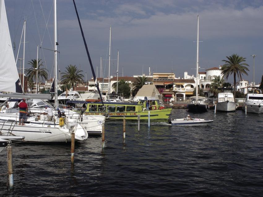 Uno de los canales del puerto deportivo Marina de Empuriabrava  (Marc Ripol)