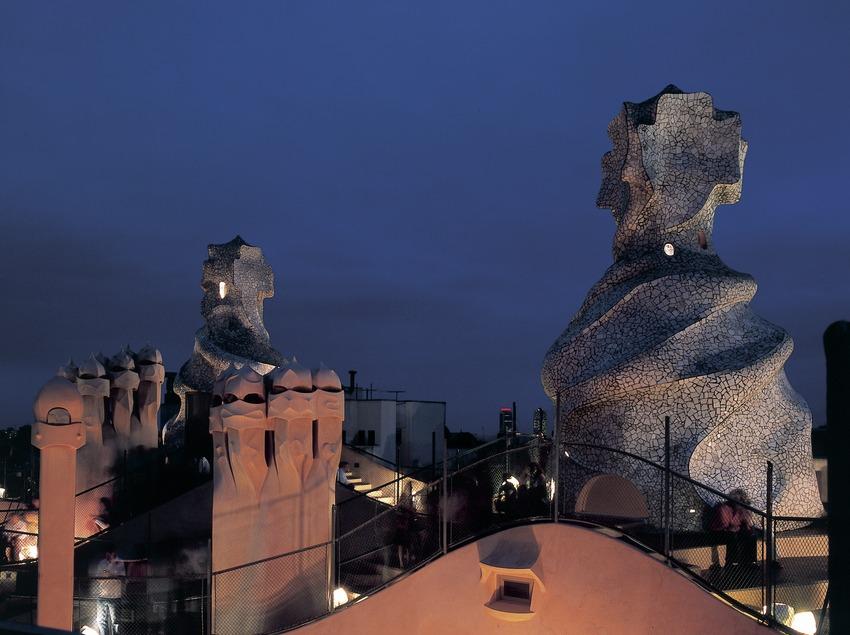 Vue nocturne de la terrasse de la maison Milà, La Pedrera.