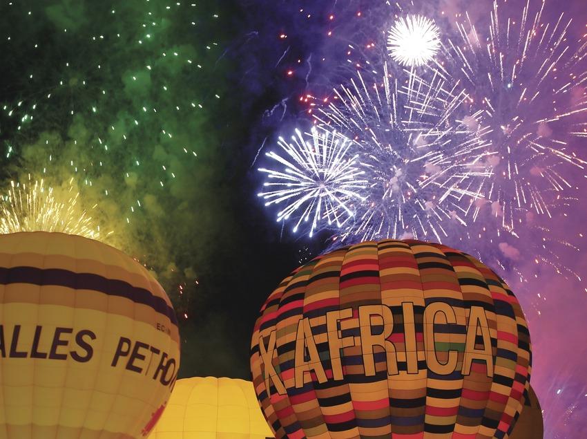 Festa nocturna de cloenda amb piromusical Balloon Festival a Igualada (Lluís Carro)