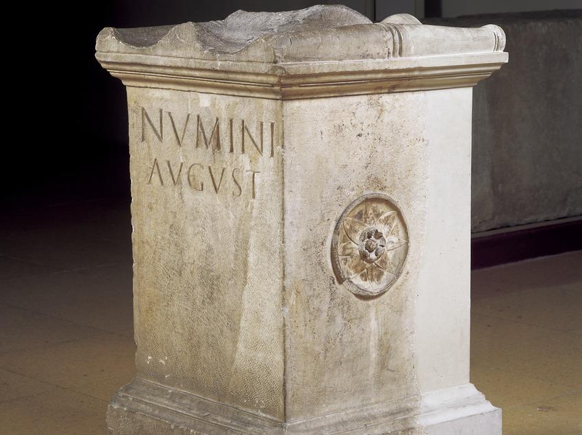Ara o altar dedicado al numen de Augusto (siglo II d.C.). Museo Nacional Arqueológico de Tarragona.  (Imagen M.A.S.)