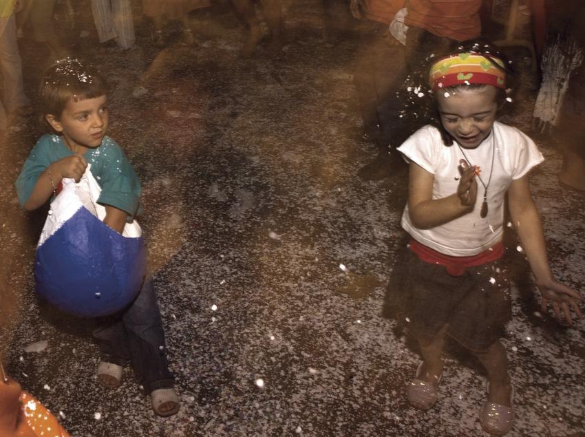 Guerra de confeti durant la Festa de la Mare de Déu del Tura (Oriol Llauradó)