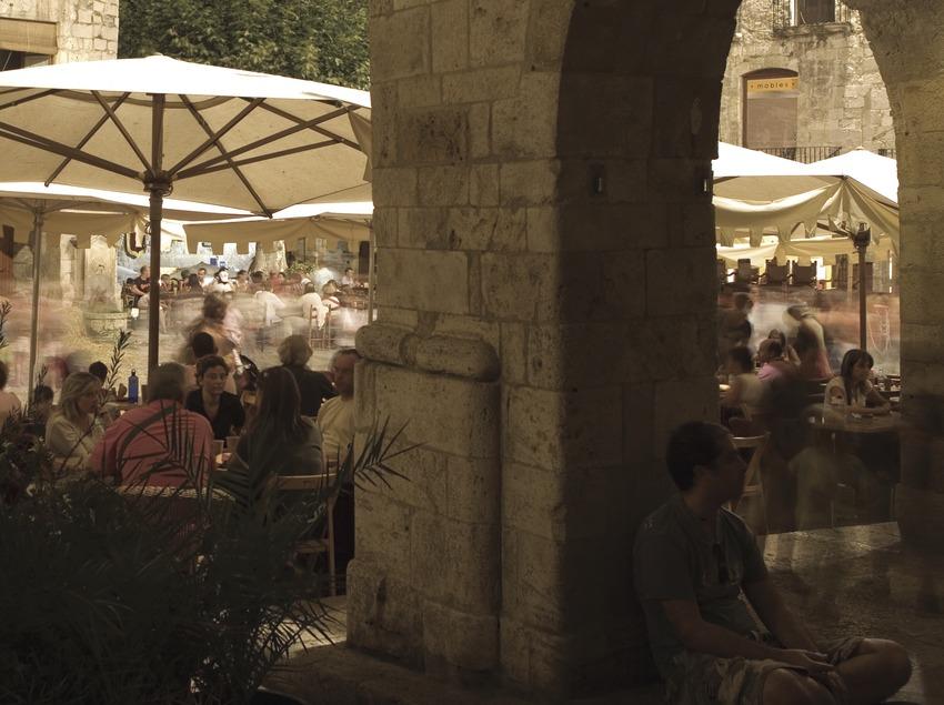 Vista nocturna de la plaça durant la Fira Medieval (Oriol Llauradó)