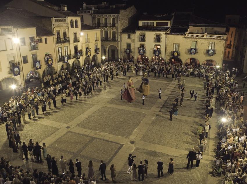 Sardana del alcalde durante la Fiesta Mayor (Oriol Llauradó)