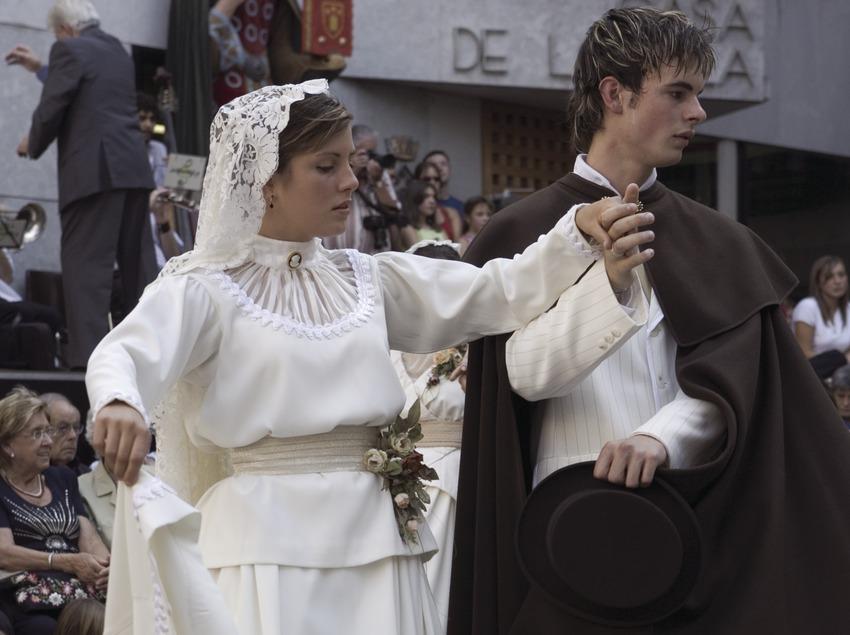 Пара во время традиционного танца деревни Кастельтерсоль и танца со свечой (Oriol Llauradó)
