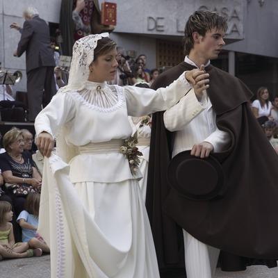 Pareja durante la danza de Castellterçol y el Ball del Ciri (baile del Cirio) (Oriol Llauradó)