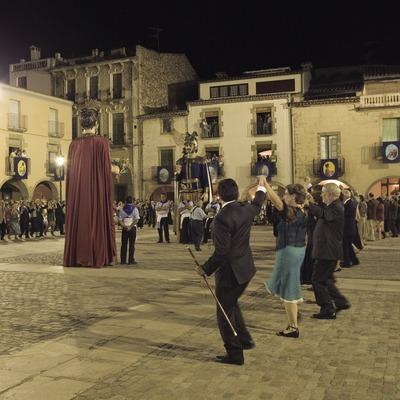 Sardane du maire pendant la fête patronale (Oriol Llauradó)