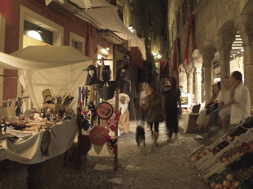 Vista nocturna del mercado durante la Feria Medieval (Oriol Llauradó)