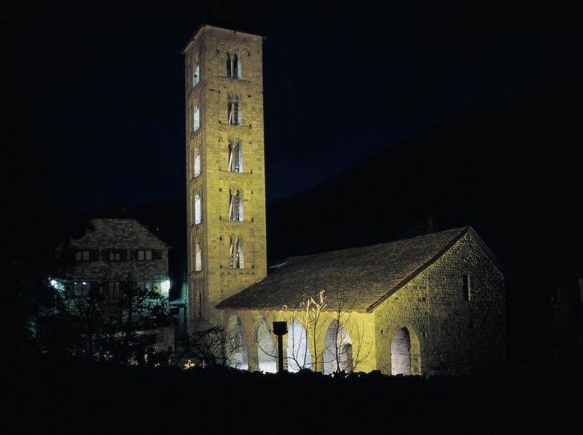 Vue nocturne de l'église Santa Eulàlia d'Erill la Vall.