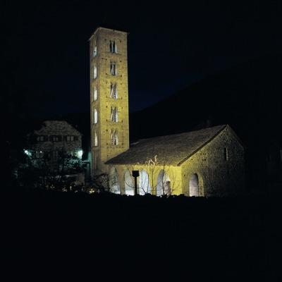 Vista nocturna de l'església de Santa Eulàlia d'Erill la Vall.