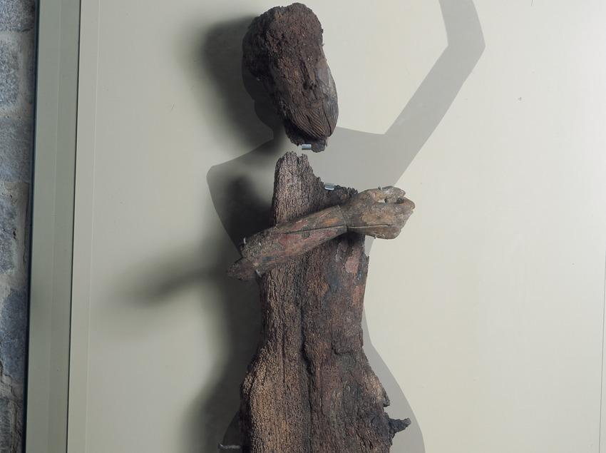 Figura del Davallament de Durro (segle XII) de l'església de la Nativitat de Durro.  (Imagen M.A.S.)