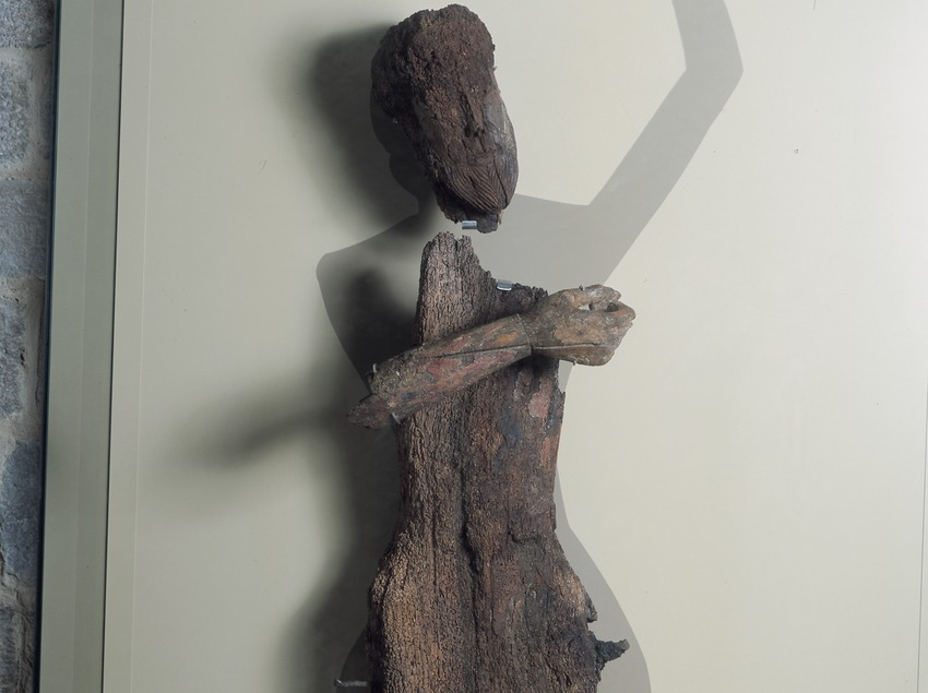 Figura del Descendimiento de Durro (siglo XII) en la iglesia de la Nativitat de Durro.  (Imagen M.A.S.)
