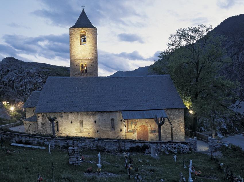 Vista nocturna de la iglesia de Sant Joan de Boí.  (Imagen M.A.S.)