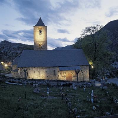 Vista nocturna de l'església de Sant Joan de Boí.
