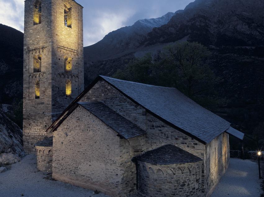 Vista nocturna de l'església de Sant Joan de Boí.  (Imagen M.A.S.)