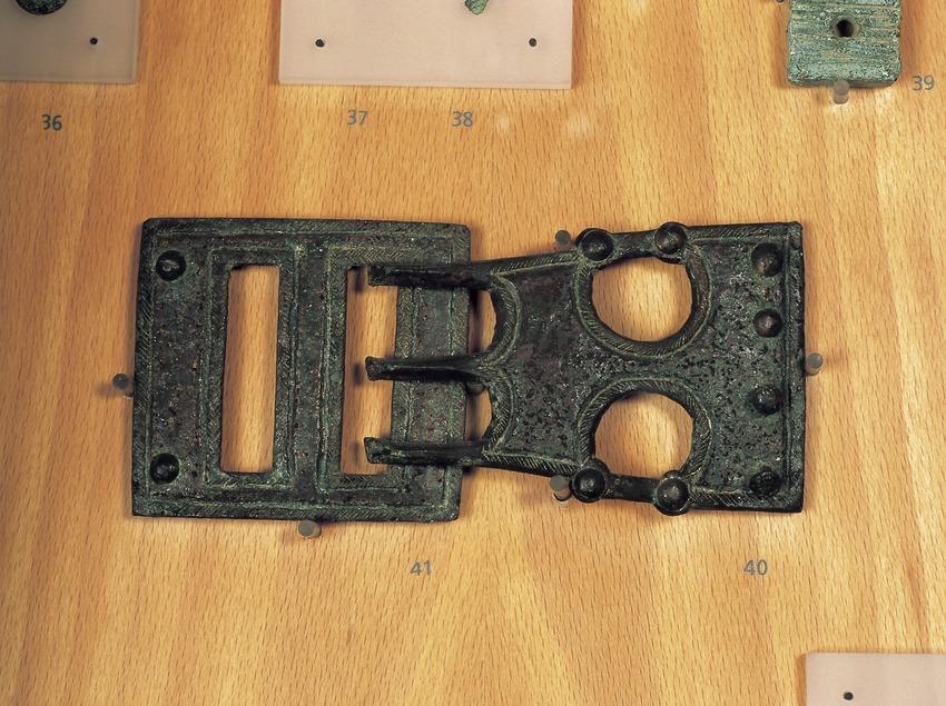 Sivella i placa de subjecció de bronze (segle V-III a.C.). Museu d'Arqueologia de Catalunya-Ullastret.  (Imagen M.A.S.)