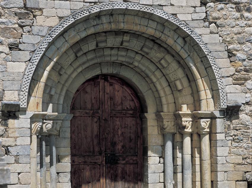 Portal de la iglesia de Sant Joan de d'Isil.  (Imagen M.A.S.)