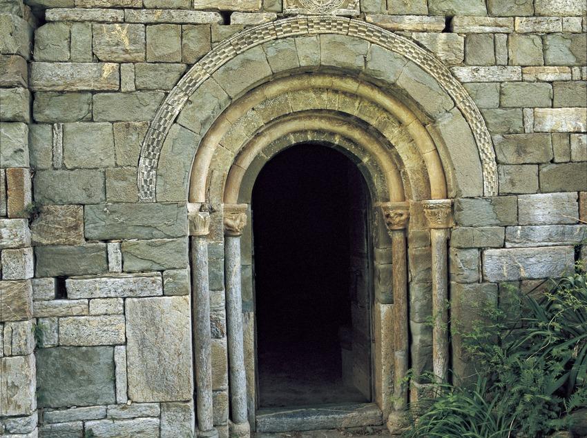 Portalada de l'església de l'Assumpció de Cóll.