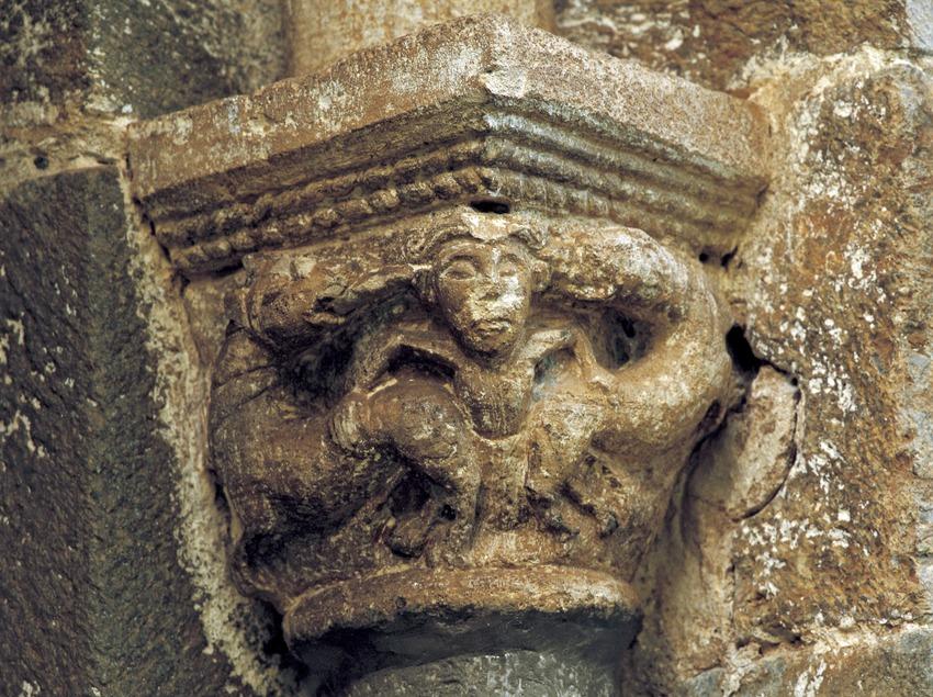 Capitell interior (segle XII) de la portalada de l'església de l'Assumpció de Cóll.  (Imagen M.A.S.)