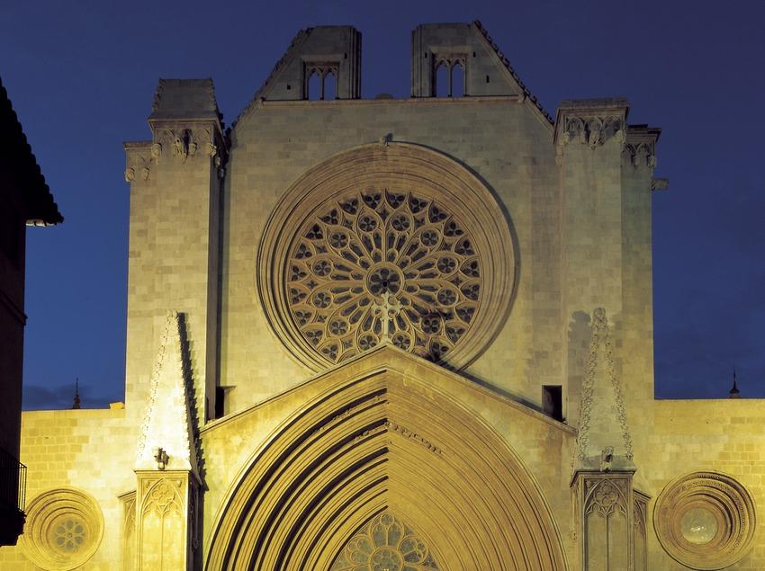 Vista nocturna de la façana de la catedral de Santa Maria.  (Imagen M.A.S.)