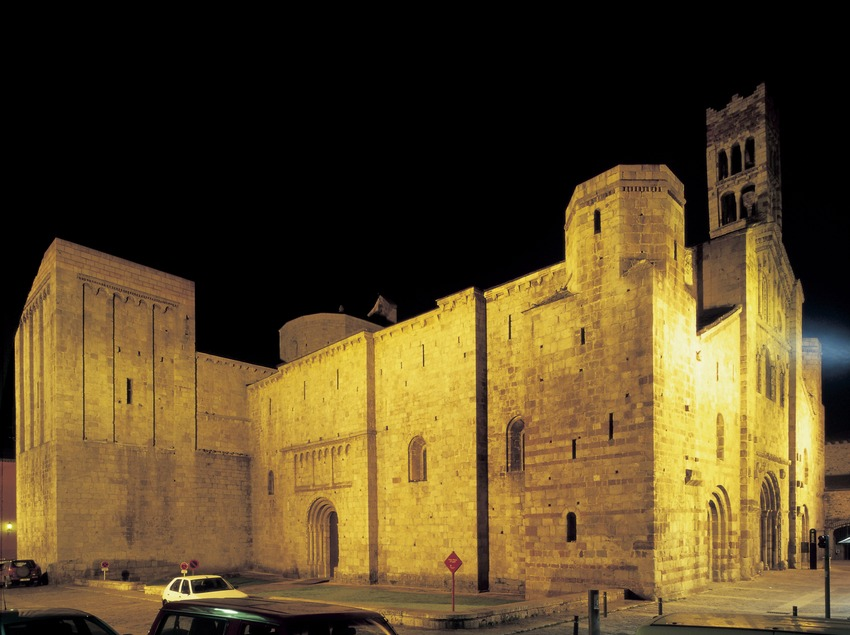 Night view of the façade of the cathedral of Santa Maria d'Urgell.  (Imagen M.A.S.)