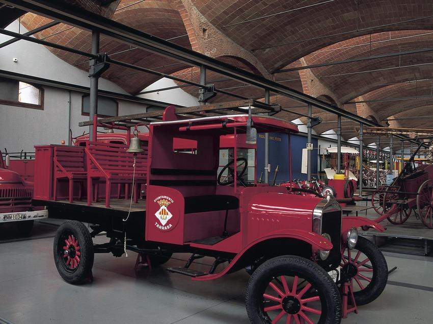 Cotxe de bombers d'època al Museu de la Ciència i de la Tècnica de Catalunya (MNACTEC).  (Turismo Verde S.L.)