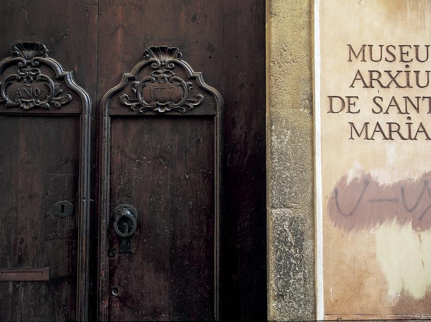 Detall de la porta del Museu Arxiu de Santa Maria  (Turismo Verde S.L.)