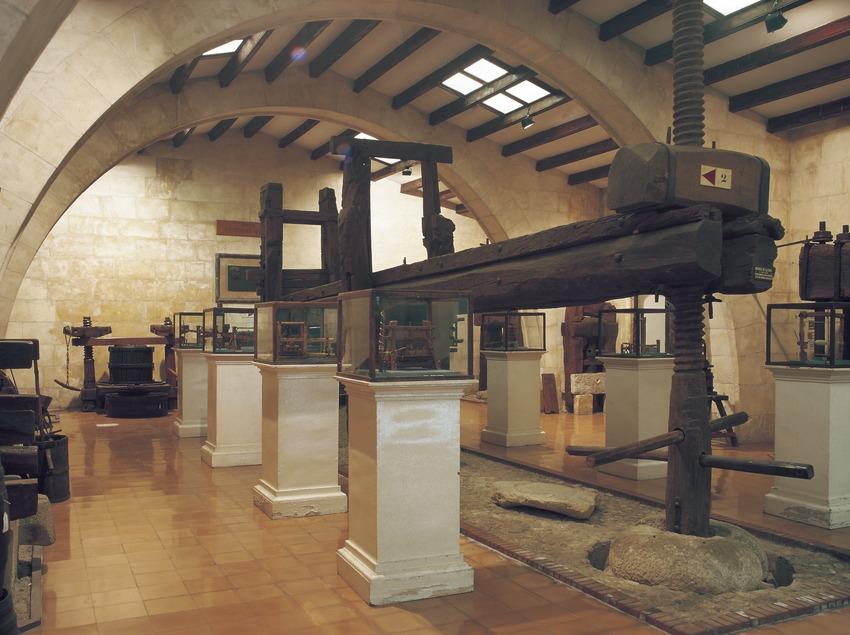Manual press in the Wine Cultures Museum of Catalonia (VINSEUM).