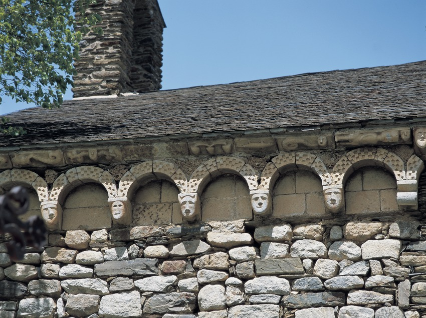Arcos lombardos de la iglesia de Sant Joan de d'Isil.  (Imagen M.A.S.)