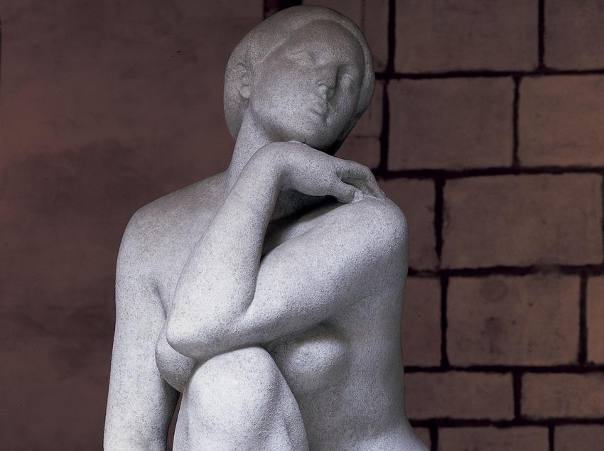 Escultura de Josep Clarà en el patio del ayuntamiento de la ciudad.  (Imagen M.A.S.)