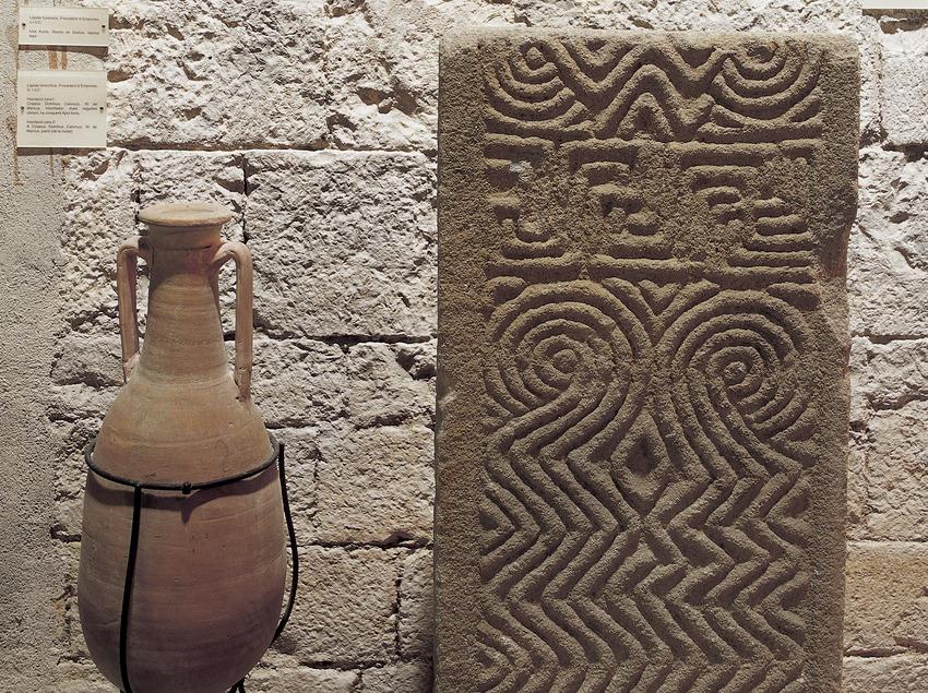 Àmfora i carreu decorat procedents del jaciment d'Empúries. Museu d'Arqueologia de Catalunya-Girona.  (Imagen M.A.S.)