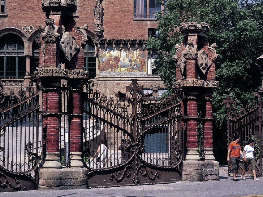Access door to the hospital of Sant Pau, by Domènech i Montaner, work of Josep Perpinyà.  (Imagen M.A.S.)