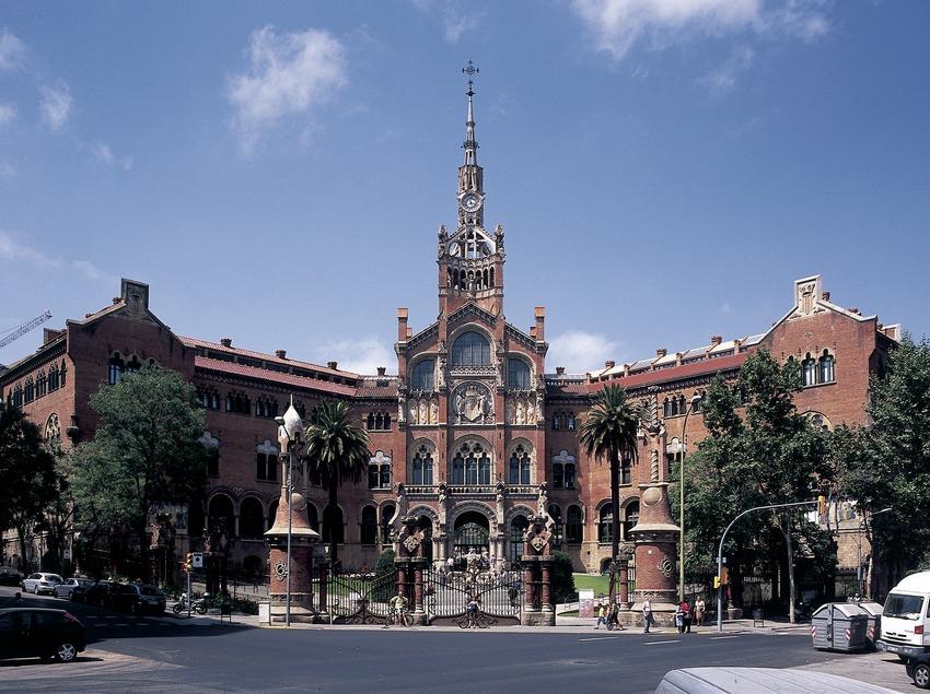 Façana principal de l'hospital de Sant Pau de Domènech i Montaner.