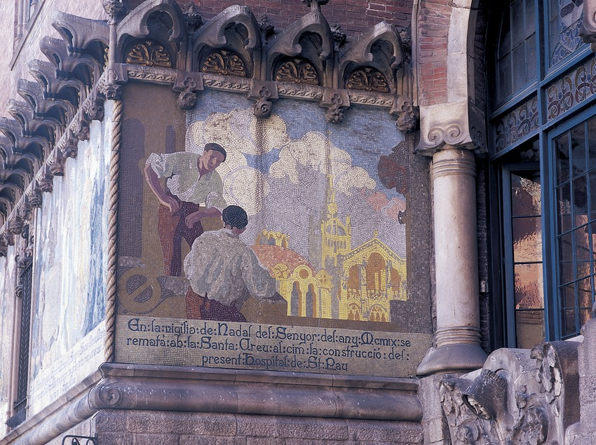 Mural paintings on the façade of the hospital of Sant Pau by Domènech i Montaner, work by Francesc Labarta.  (Imagen M.A.S.)