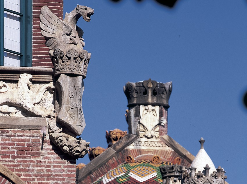 Detalle de la fachada de un pabellón del hospital de Sant Pau de Domènech i Montaner.