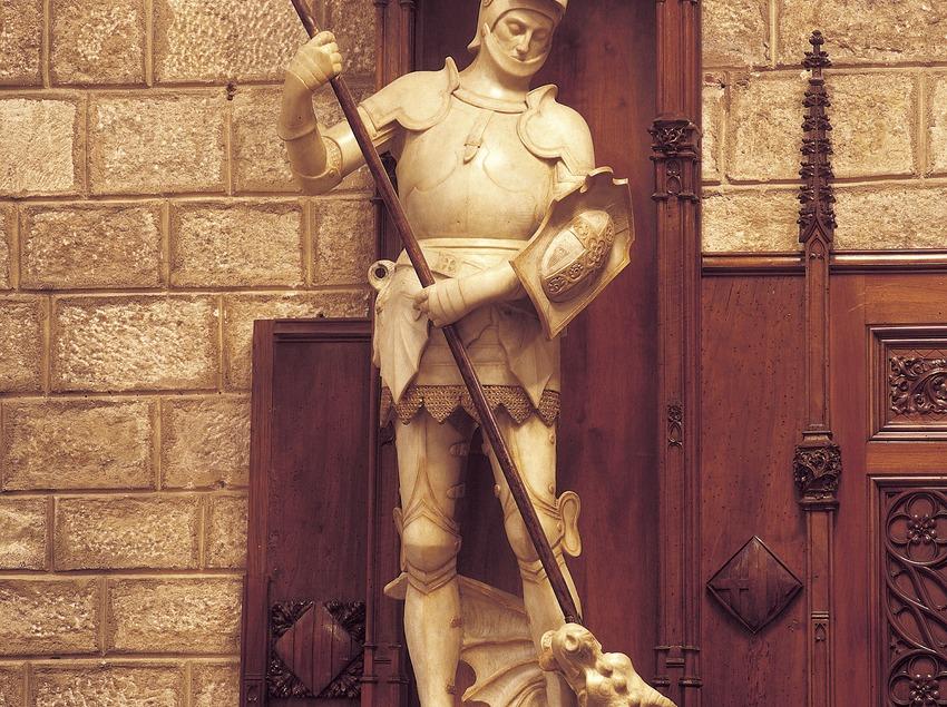 Estatua de Sant Jordi en el Saló de Cent. Manel Fuxà. Ayuntamiento de la ciudad.  (Imagen M.A.S.)