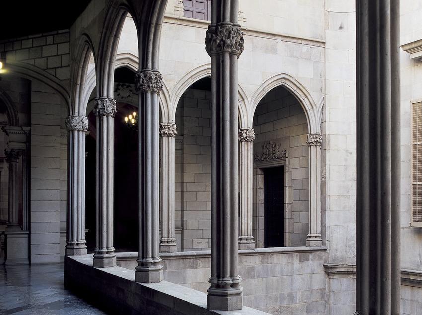 Galeria gòtica de l'ajuntament de la ciutat.  (Imagen M.A.S.)