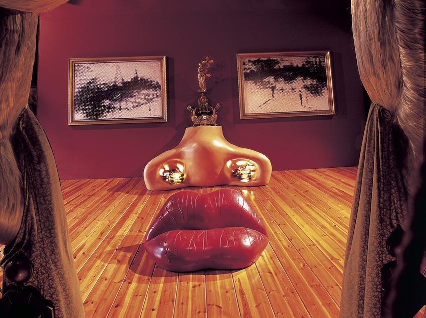 Sala Mae West en el Teatro-Museo Dalí.