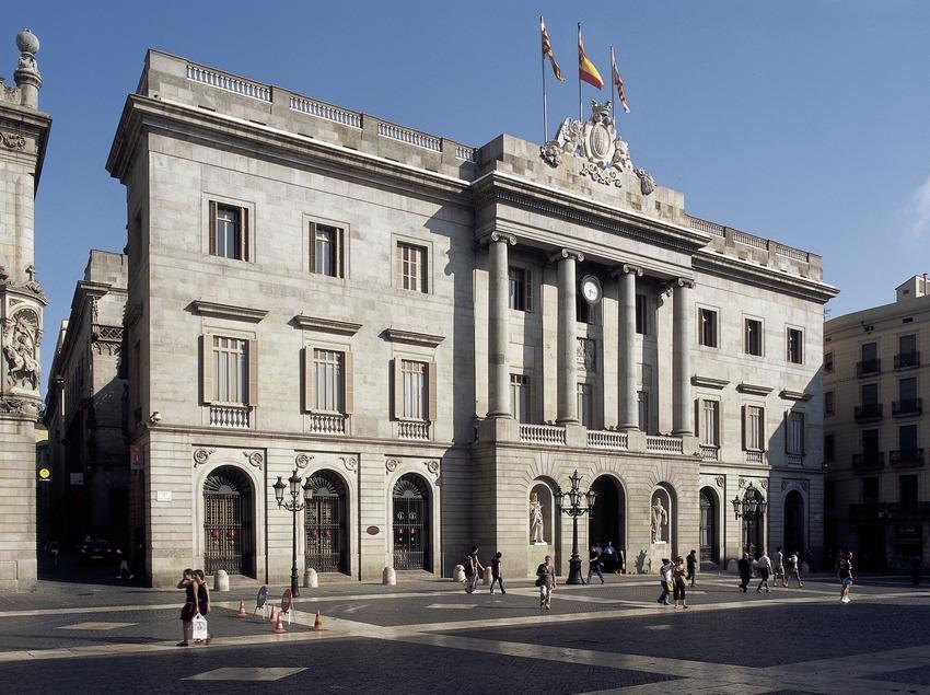 Fachada neoclásica (1847). Josep Mas i Vila. Ayuntamiento de la ciudad.  (Imagen M.A.S.)