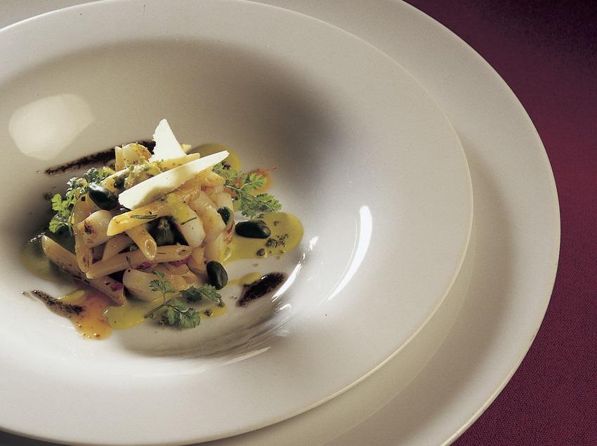 Macarrones, calamares y pistachos elaborados en la cocina del restaurante Sant Pau.