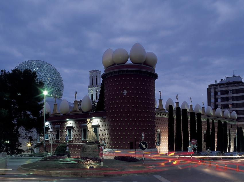 Vista nocturna del exterior del Teatro-Museo Dalí.