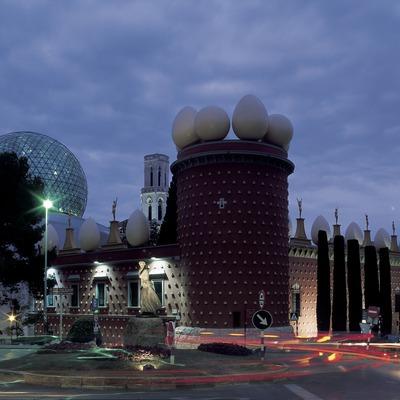 Vista nocturna de l'exterior del Teatre-Museu Dalí.