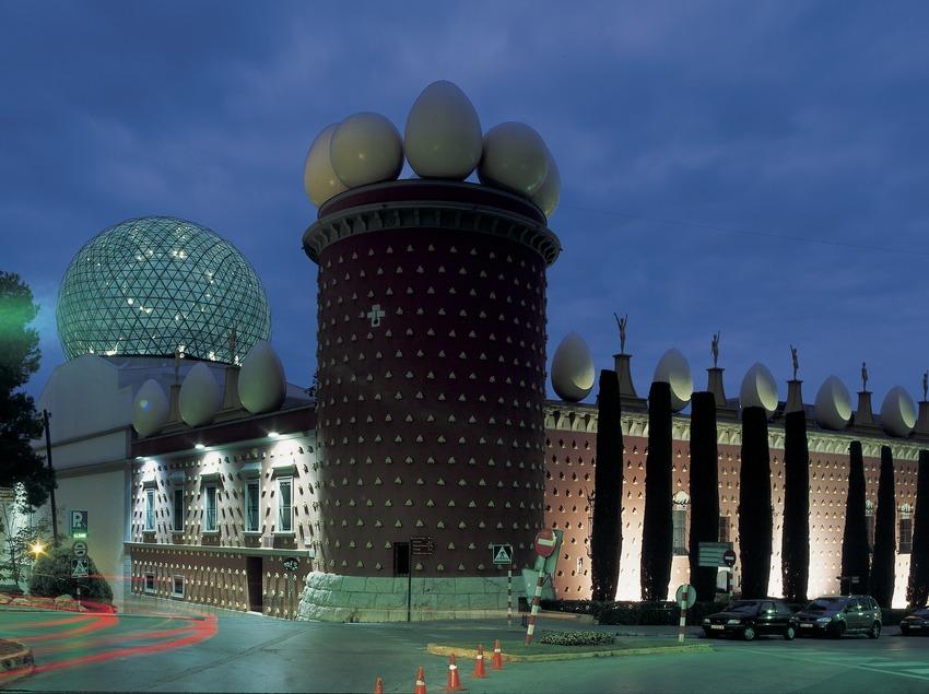 L'extérieur du Théâtre-musée Dalí vu de nuit.