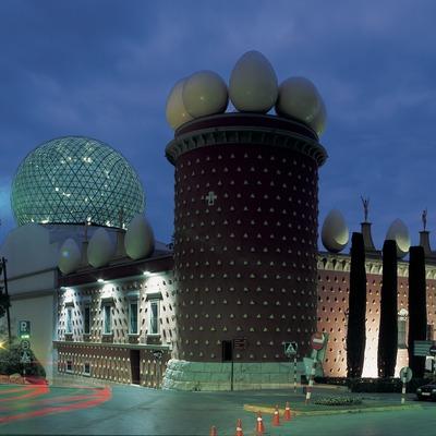 Vista nocturna de l'exterior del Teatre-Museu Dalí.  (Imagen M.A.S.)