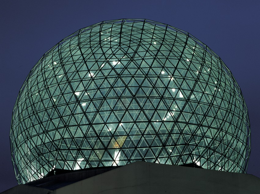 Vista nocturna de la cúpula del Teatro-Museo Dalí.