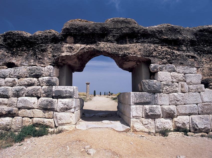 Puerta de acceso de la ciudad romana en el parque arqueológico de Empúries.