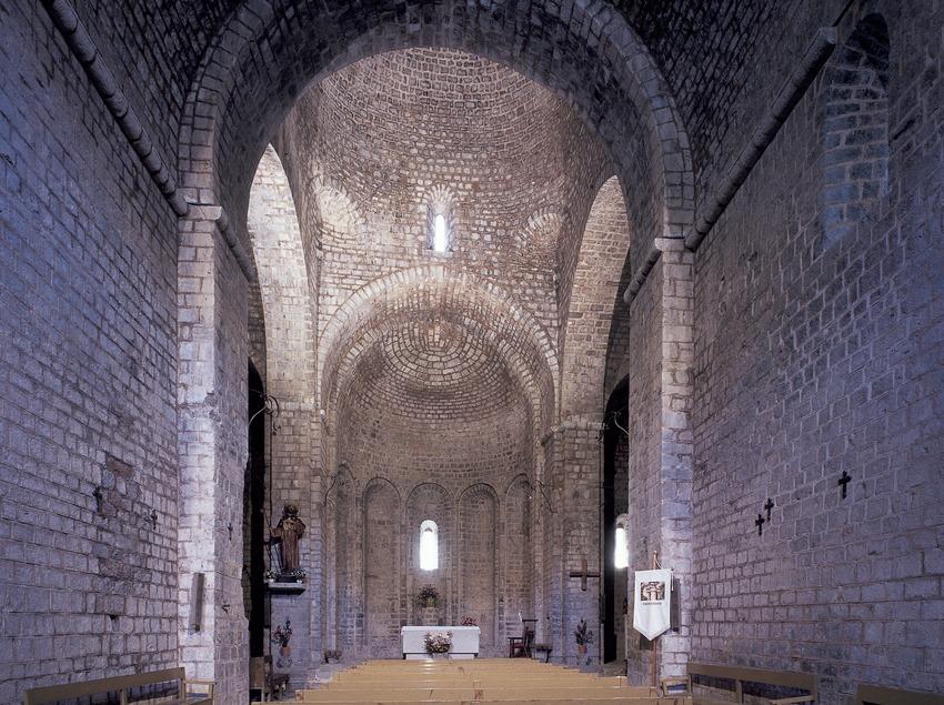 Interior de l'església del monestir de Sant Jaume de Frontanyà