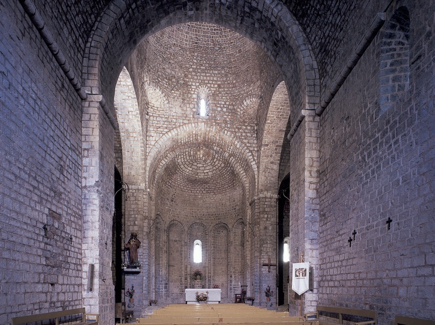 Interior de la iglesia del monasterio de Sant Jaume de Frontanyà